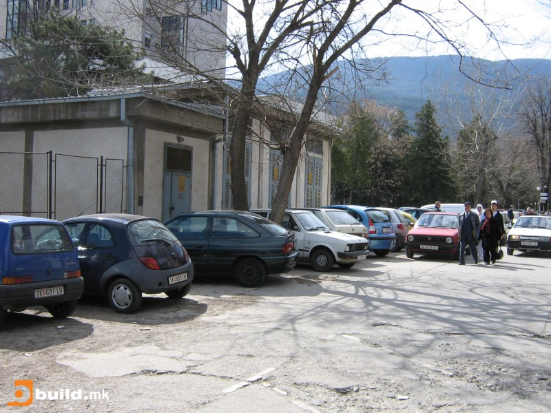 Паркирањето во Клиничкиот центар е лошо осмислено и организирано, но сепак се наплаќа
